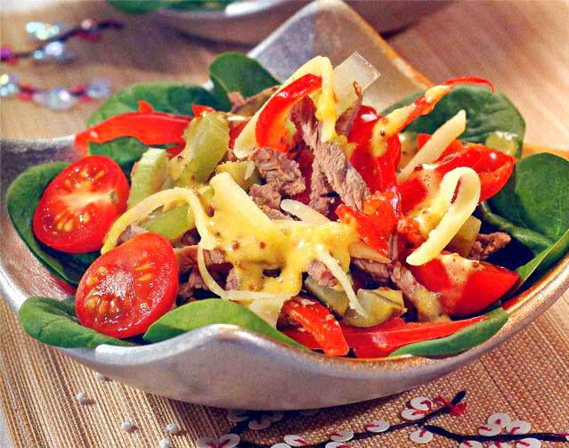 Салат с говядиной перцем и зеленым салатом