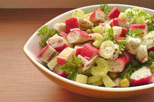салат из пекинской капусты, крабовых палочек и кукурузы
