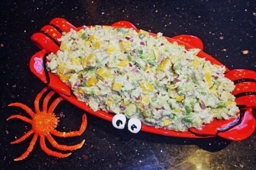 салат с рисом, крабовыми палочками и кукурузой