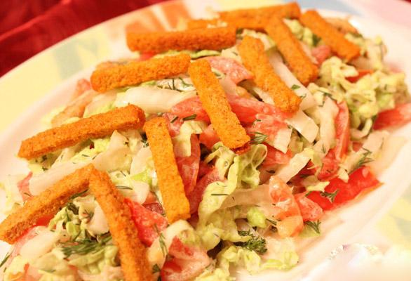 салат с сухарями и колбасой