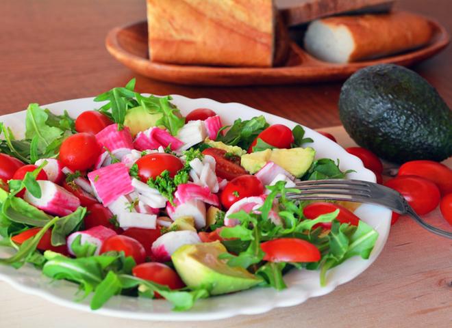 салат с крабовыми палочками и кукурузой с авокадо