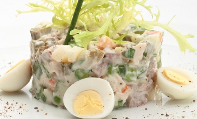 салат с колбасой, овощами и аппетитной заправкой