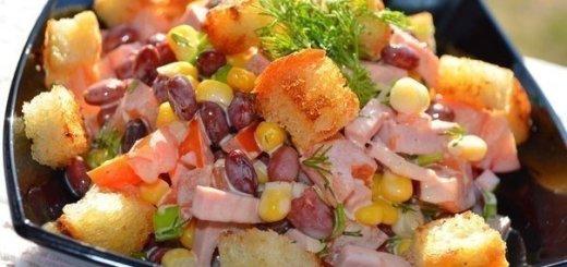 салат с вареной колбасой и яйцами с сыром
