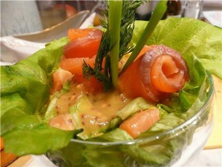 салат с оливками и лососем