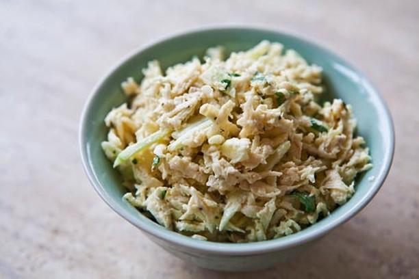 салат с рыбной консервой и рисом