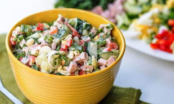Салат из колбасы с огурцом и кукурузой