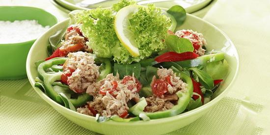 салат из тунца с солеными огурцами