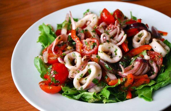 Рецепты салата из кальмаров консервов