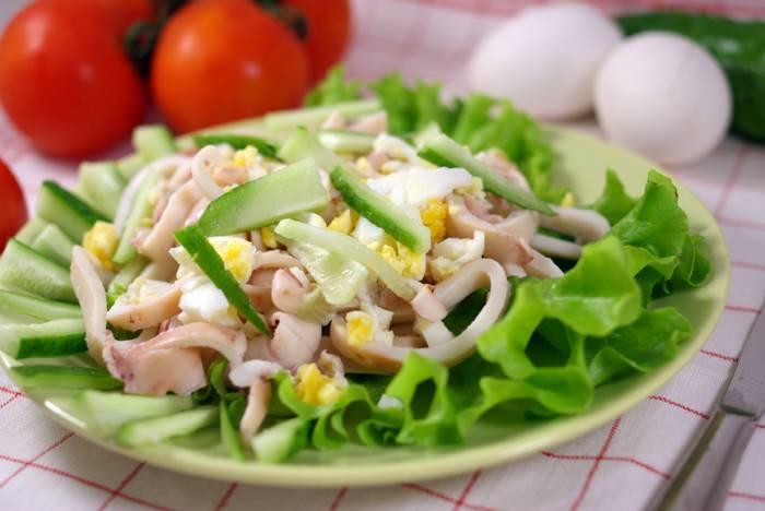 салат из кальмаров с яйцом, сыром, кукурузой