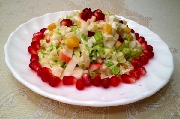 салат с креветками и пекинской капустой с зернами граната