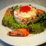 Царский салат с красной икрой и креветками