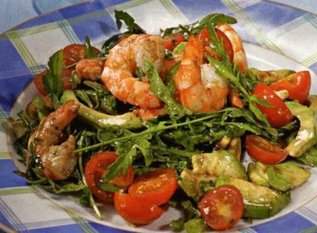 салат с креветками и руколой и помидорами черри и кедровыми