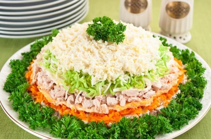 салат слоеный с курицей с крабовыми палочками