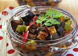 Салат из консервированных кабачков и баклажанов