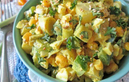 Яичный салат с овощами и кунжутом