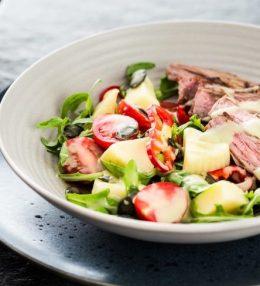 Салат из говядины с соусом васаби